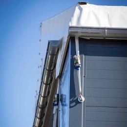 السقف المنفوخ لتحسين العزل الحراري للقاعة وتسهيل انزلاق الثلوج المتراكمة.